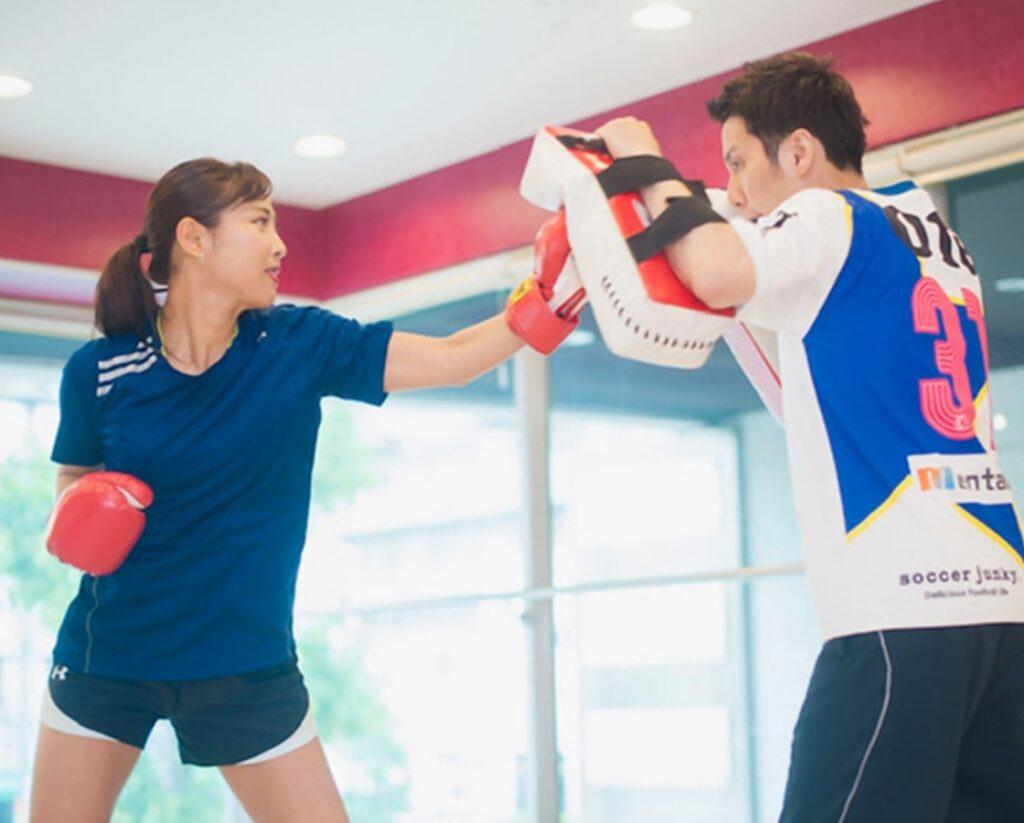 パーソナルキックボクシングを受ける女性